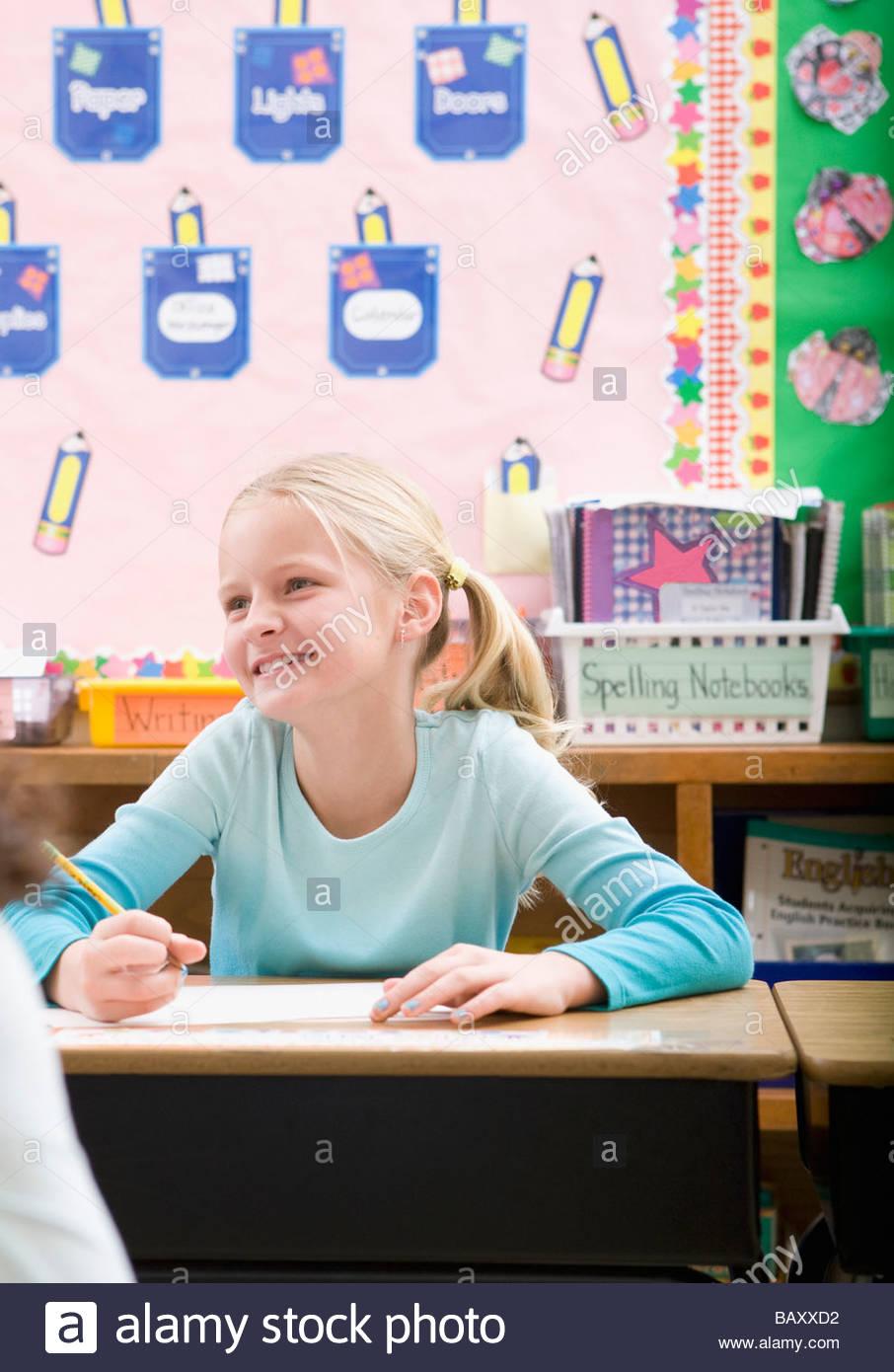 Studenten schreiben am Schreibtisch im Klassenzimmer Stockfoto, Bild ...