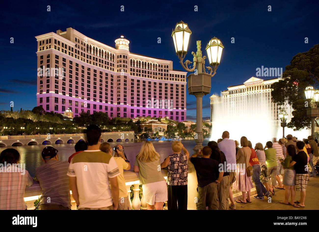 Touristen, die gerade der berühmten Bellagio Wassershow an der Lagune von Bellagio in Las Vegas Boulevard, Las Vegas, Nevada, USA Stockfoto