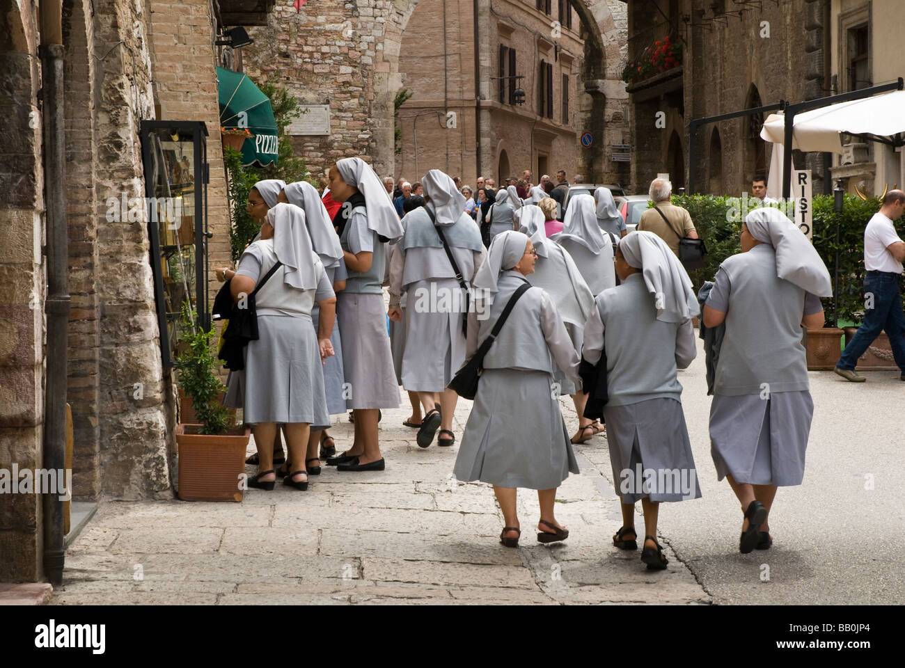 Nonnen, die Speisekarte für das Mittagessen in Assisi anzeigen Stockbild
