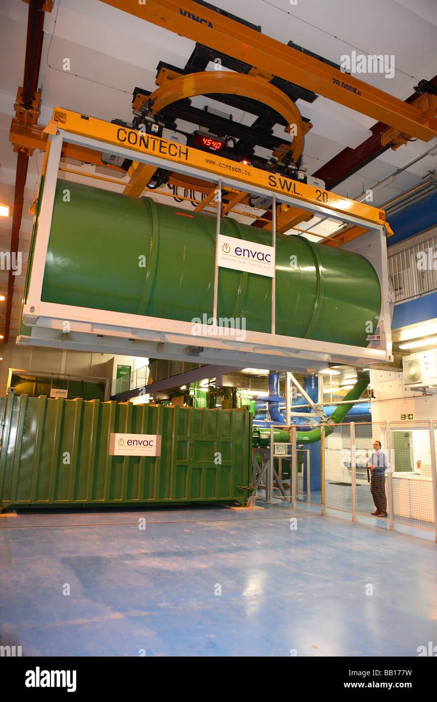Envac Abfallbehälter gehalten in Kran auf eine Übergabestation Stockbild