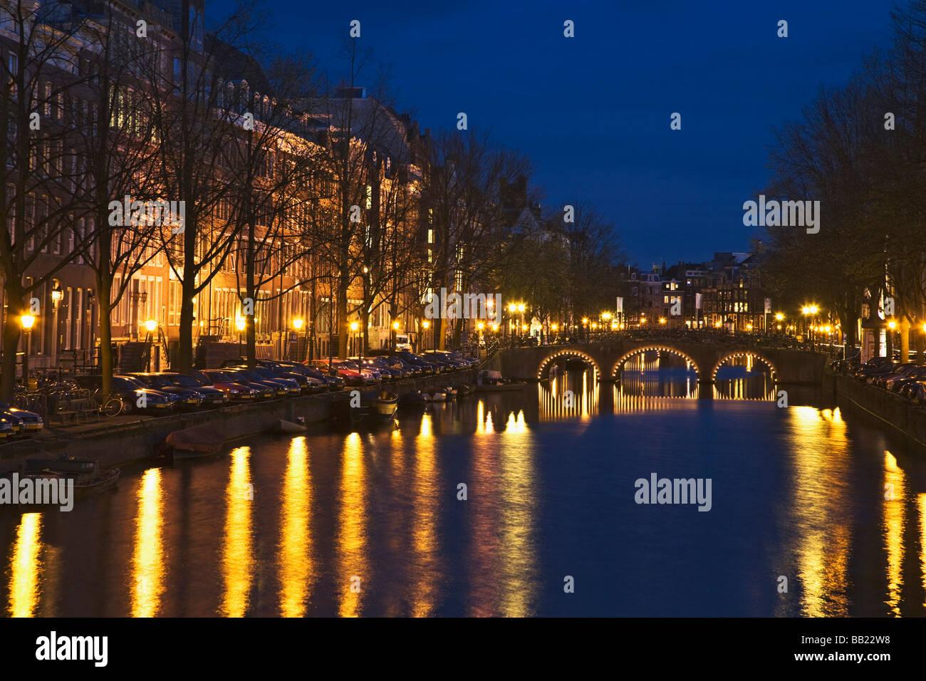 Licht Tour Amsterdam : Europa niederlande amsterdam brücke und licht reflektieren über