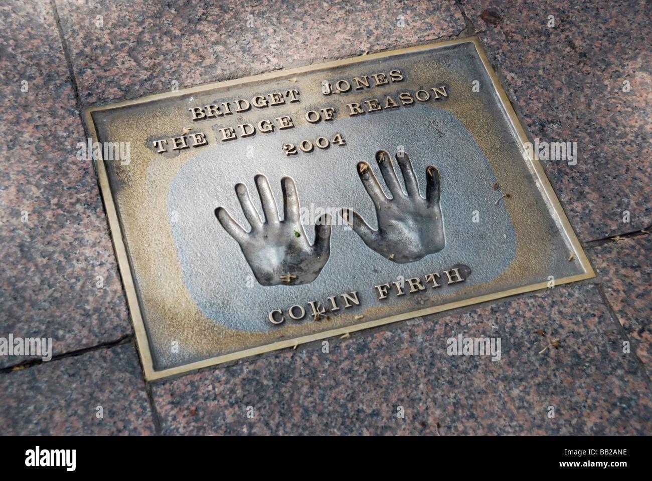 Colin Firth Handabdrücke in Pflaster zum Gedenken an dem Film Bridget Jones die Kante der Grund Leicester Square Stockbild