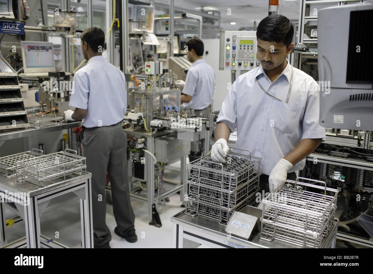 Mitarbeiter der Bosch Ltd in Bangalore Hier Werden Dieseleinspritzpumpen Gefertigt Indien Mitarbeiter von Bosch Stockbild