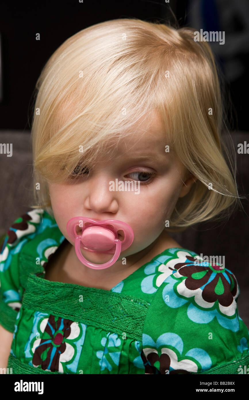 Nahaufnahme eines Mädchens einen Schnuller saugen Stockbild