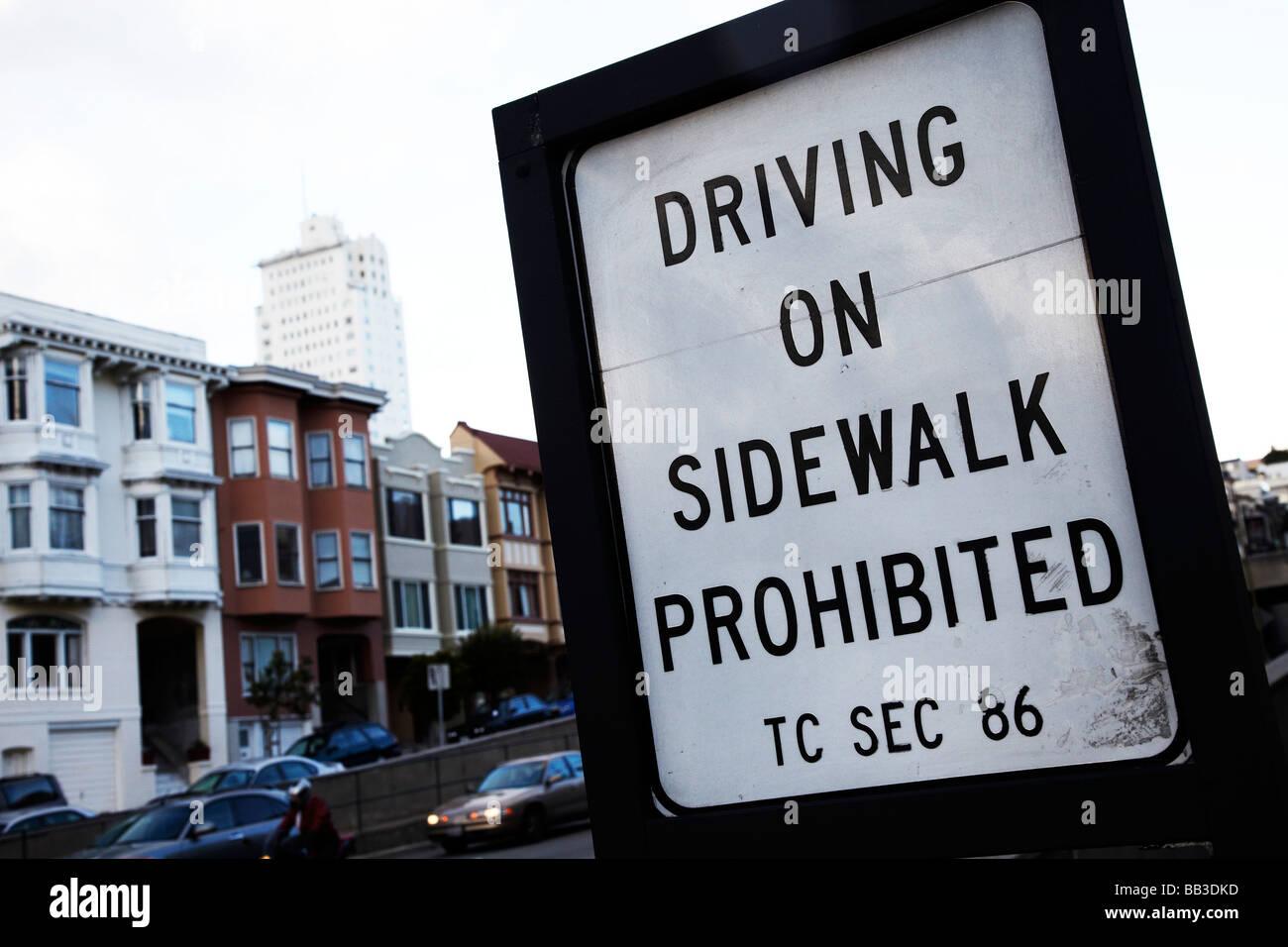 Das fahren auf Bürgersteig verboten Schild Stockbild