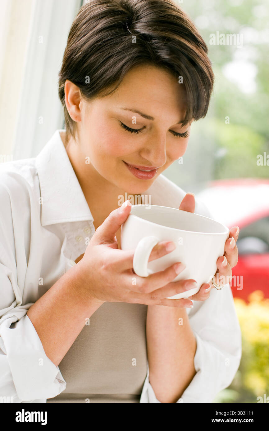 Frau mit warmen Getränk entspannen Stockbild