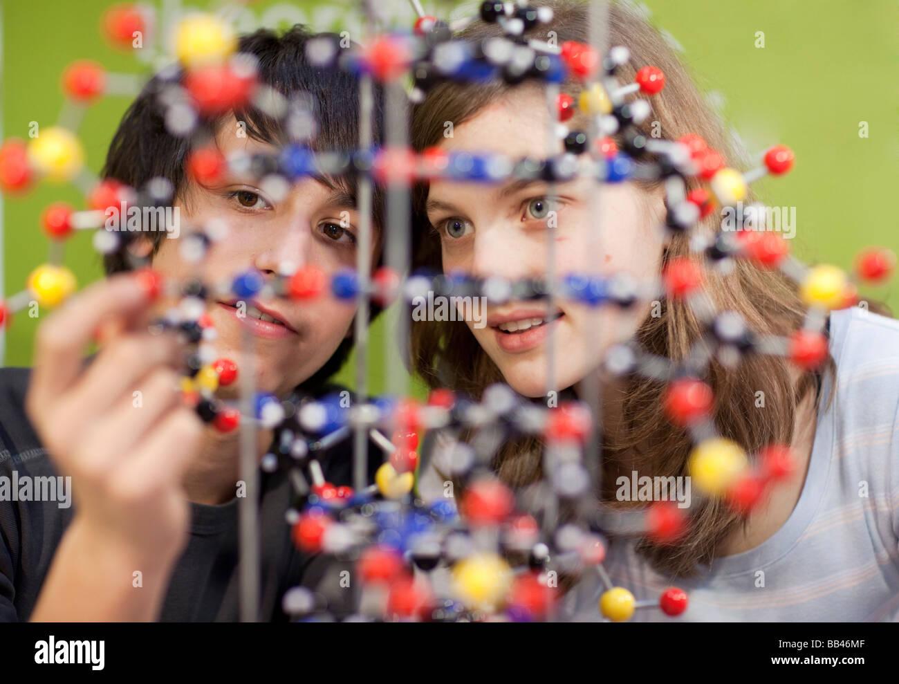 Studenten mit einem Atom-Modell Stockbild