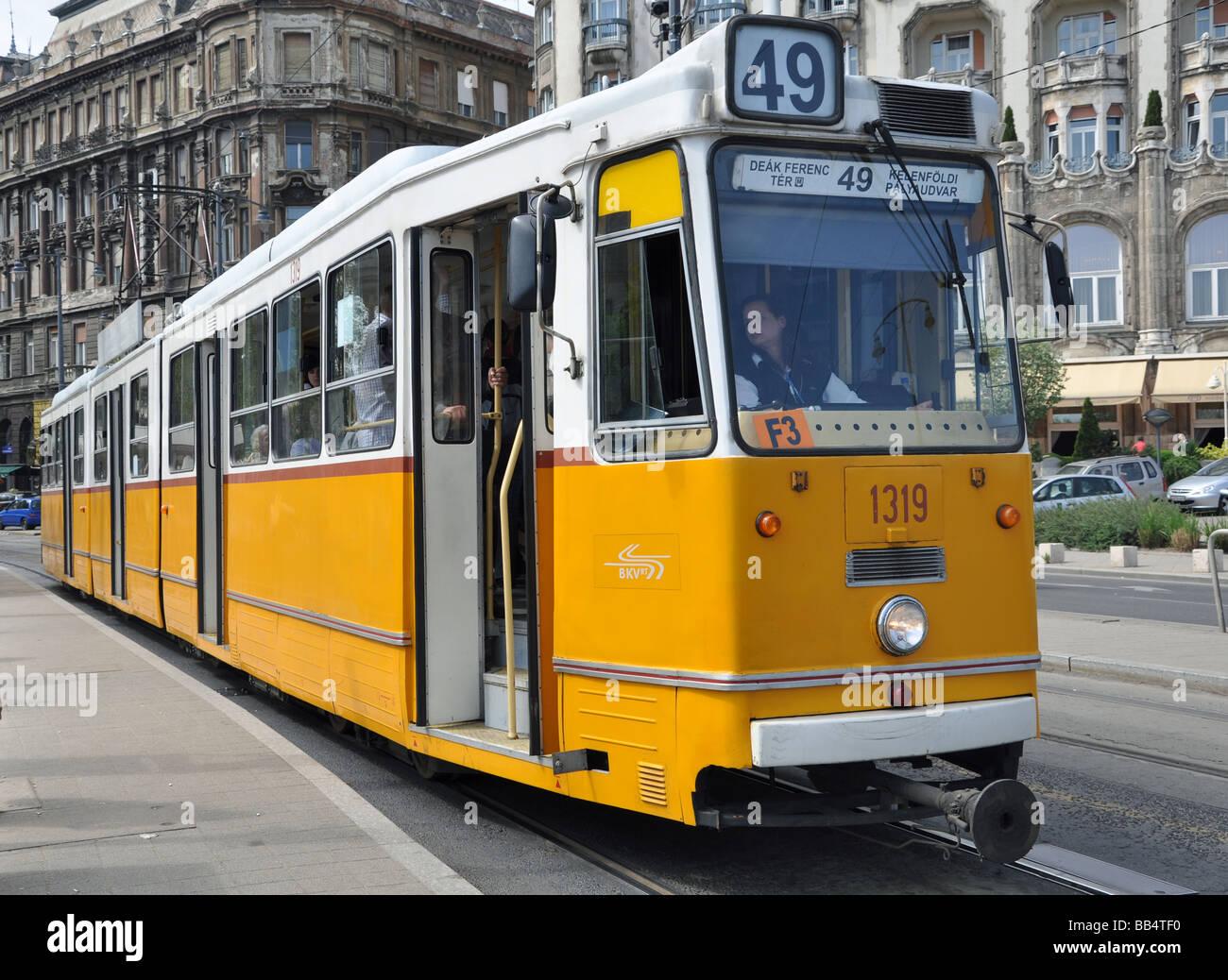 Die 49 Straßenbahn Hält Vor Dem Hotel Gellert In Budapest Ungarn
