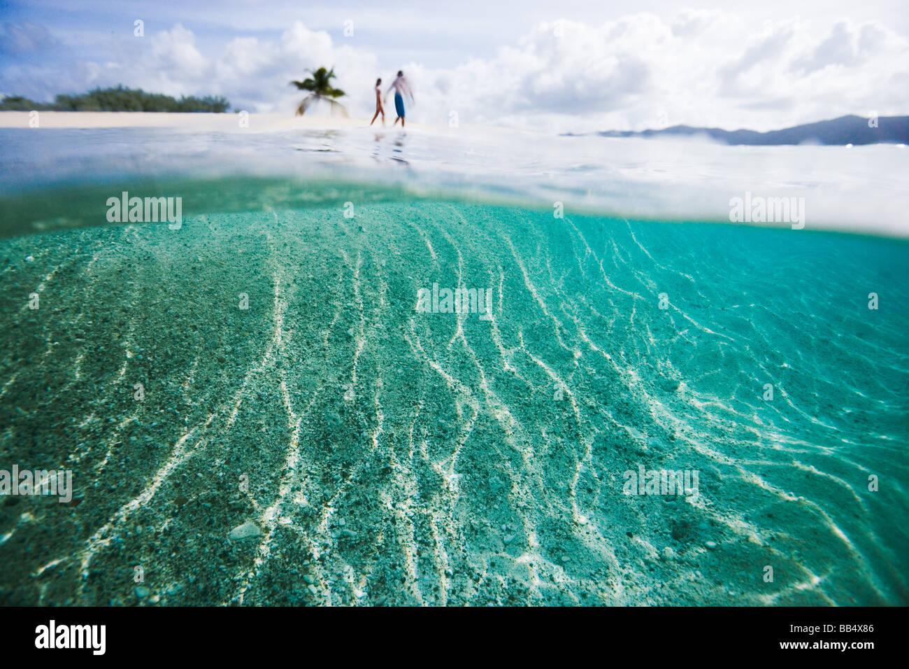 paar auf Sandy Spit Island Strand entlang spazieren Stockbild