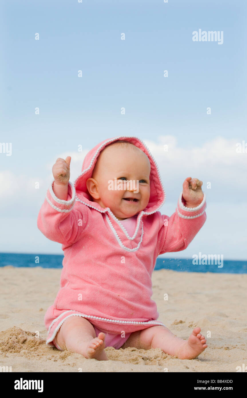 baby playing sand stockfotos baby playing sand bilder seite 3 alamy. Black Bedroom Furniture Sets. Home Design Ideas