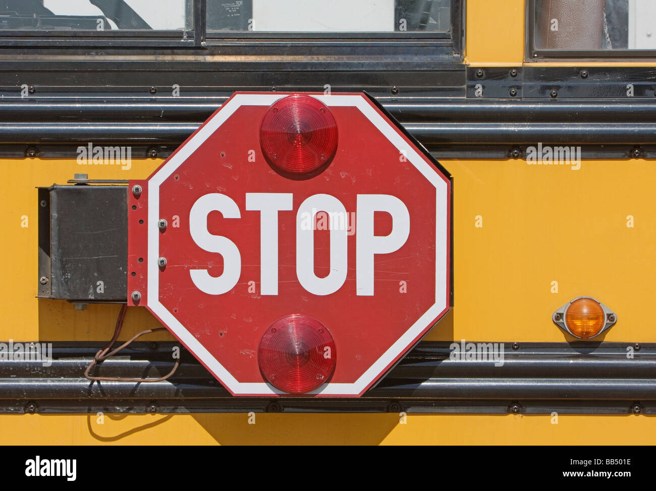 Stop-Schild auf Schulbus Stockbild