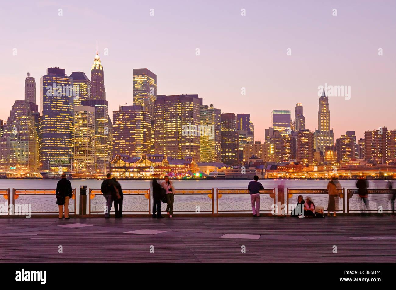Menschen, die Aussicht auf die Skyline von Lower Manhattan, New York City genießen. Stockbild