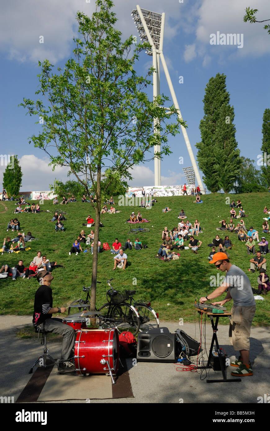 Berlin Deutschland Musiker Straßenmusik im Mauerpark Prenzlauer Berg Stockbild