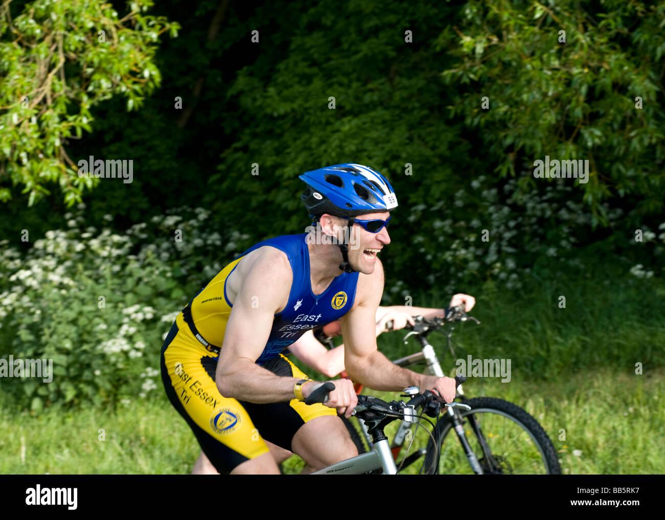 Männliche Fahrer zeigt Konzentration, wie er Hügel in Basildon Offroad-Triathlon in Essex England UK statt Stockbild