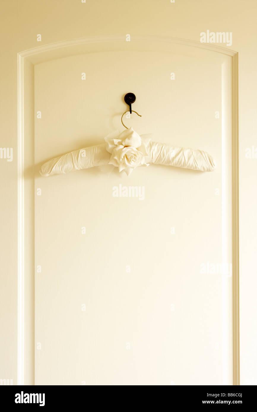 Kleiderbügel auf der Rückseite der Tür Stockbild