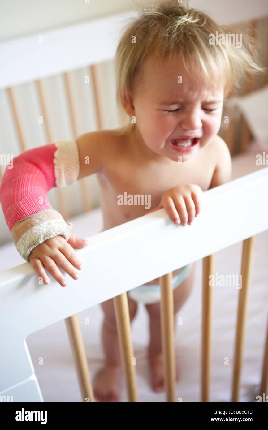 Schreiendes Kleinkind mit Arm In Besetzung Stockfoto