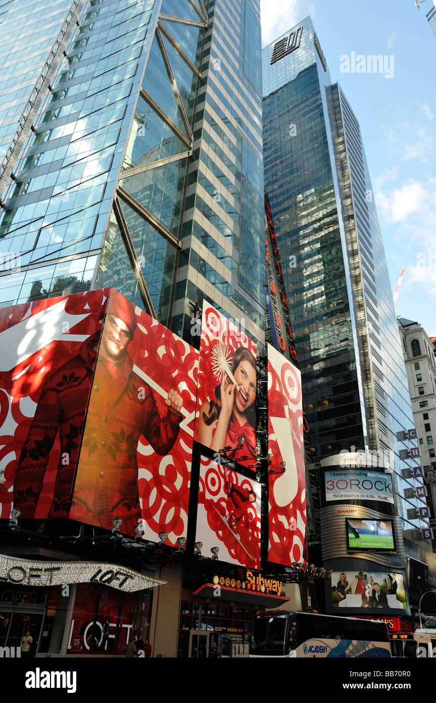 New York City - Times Square-Eingang der u-Bahn Grand Central, 42. Straße, beleuchtet Werbetafeln, Ernst & Stockbild