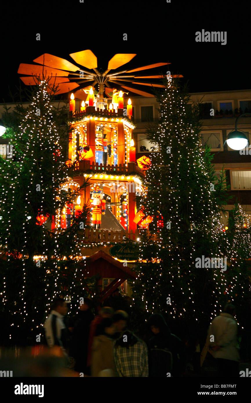 D-Bochum, Ruhrgebiet, Nordrhein Westfalen, Festtage, Advent, Weihnachten, Weihnachtsmarkt, Weihnachtspyramide, Nacht, Stockbild