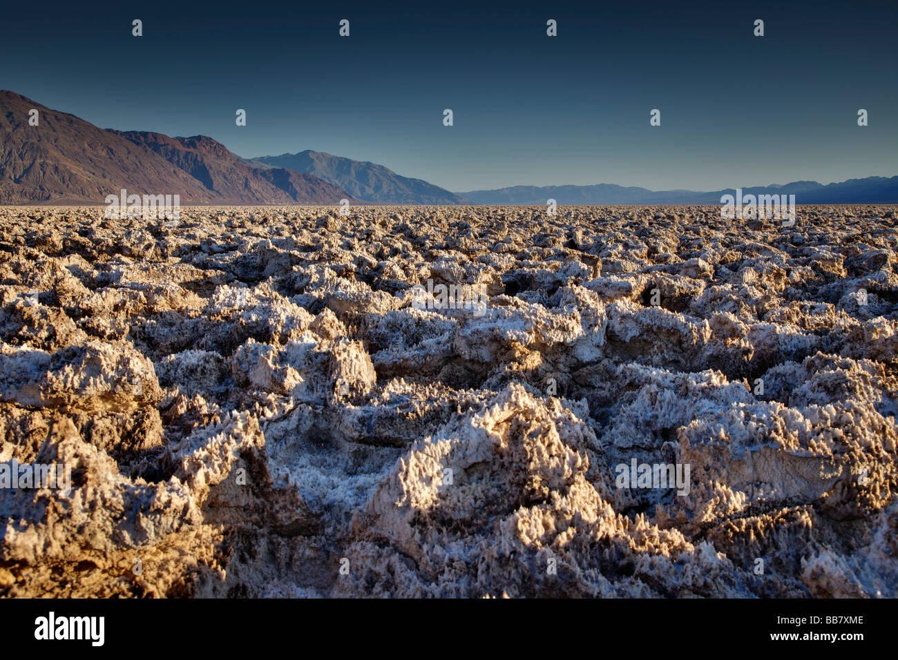 Blick über Salzformationen am Devils Golf Course in Death Valley Nationalpark Kalifornien USA Stockbild