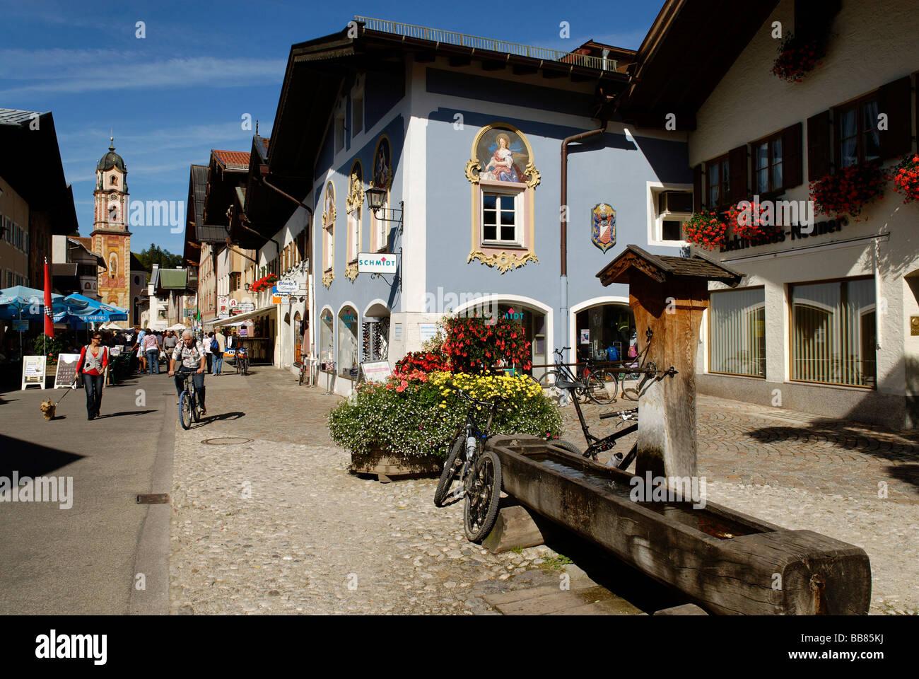 Marktstrasse, Marktstraße vor der Pfarrkirche St. Peter und Paul, Mittenwald, Oberbayern, Deutschland, Europa Stockbild