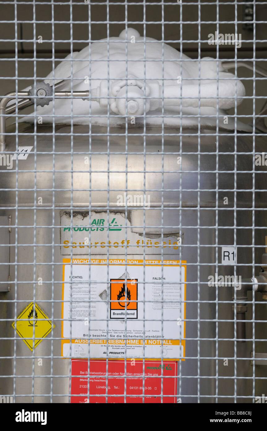 Tank für flüssigen Sauerstoff hinter dem schützenden Drahtnetz, Top-Ausstattung mit Eis, Gefahrensymbol Stockbild