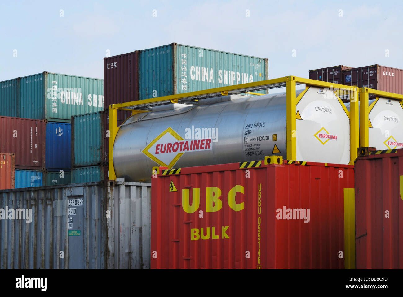 Container-Depot, gestapelten standard ISO-Container und Tank-Container Stockbild