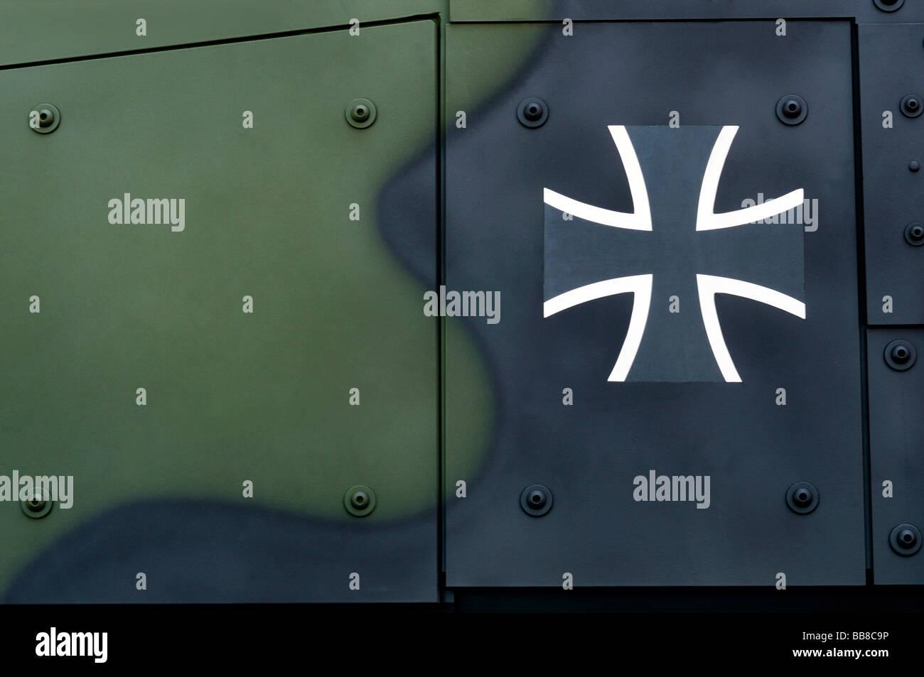 Bundeswehr Kreuz, Bundeswehr-Logo auf einem Panzerwagen Stockbild