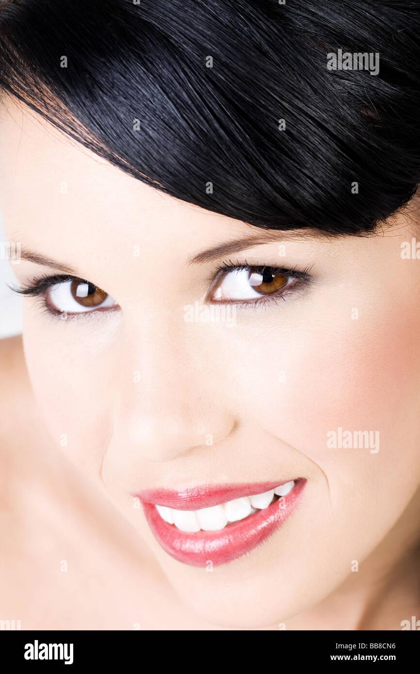 Junge schöne Frau geschminkt mit sanften Lächeln Stockbild