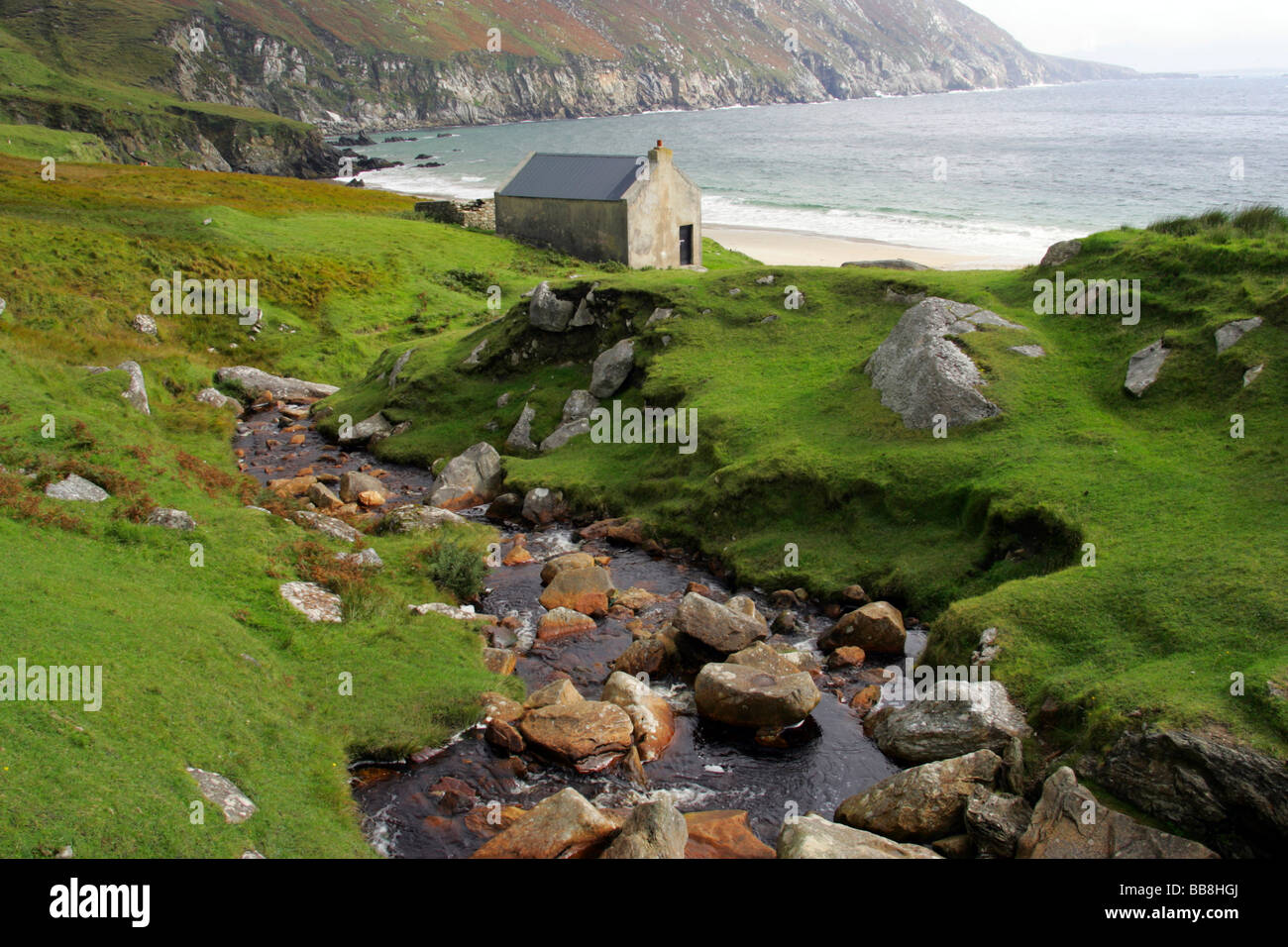 stone cottage an der k ste in der n he von keel achill island county mayo irland stockfoto. Black Bedroom Furniture Sets. Home Design Ideas