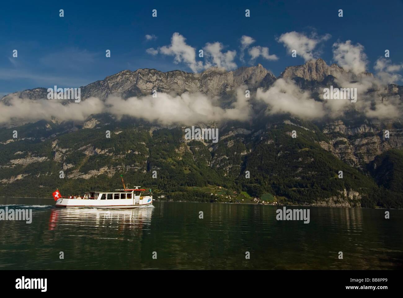 Walensee, Boot mit Touristen und Churfirsten mountainchain, Appenzell Alpen, Kanton st. Gallen, Schweiz, Europa Stockbild