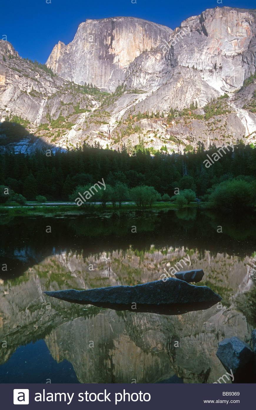 Half Dome, einer der berühmtesten Gipfel im Yosemite-Nationalpark, Kalifornien, spiegelt sich in den ruhigen Stockbild