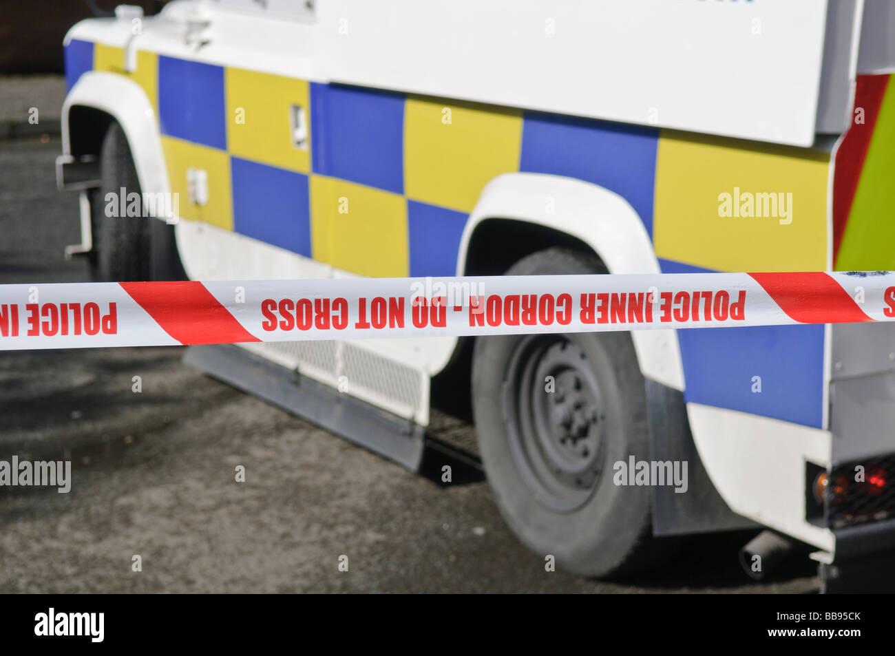 PSNI Polizei Landrover im Inneren Cordon bei der Szene des Verbrechens. Stockbild