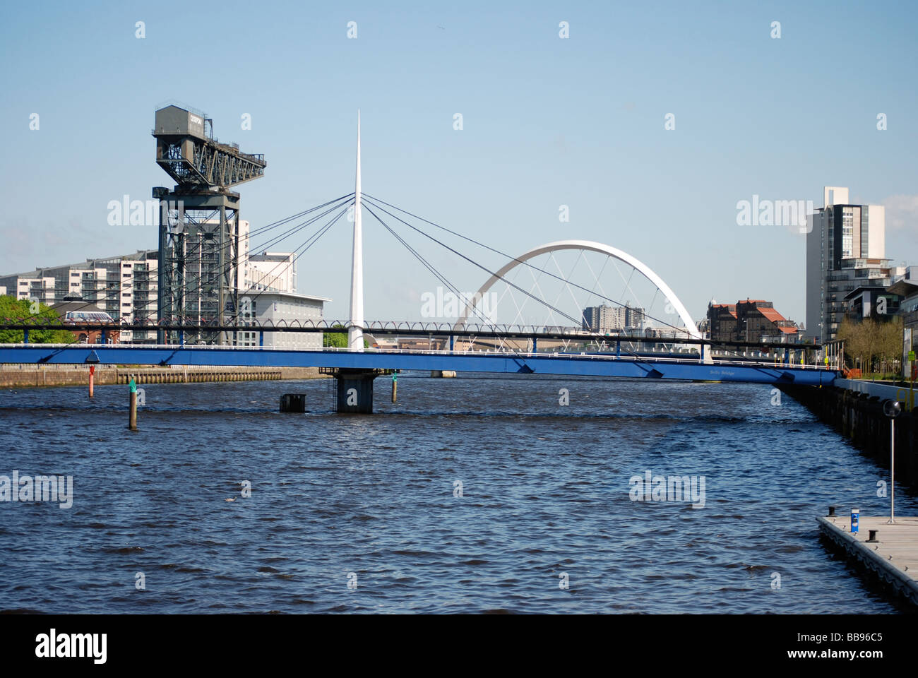 Glasgow River Clyde Blick auf Squinty Brücke (Clyde Arc) und Finnieston Crane Stockfoto