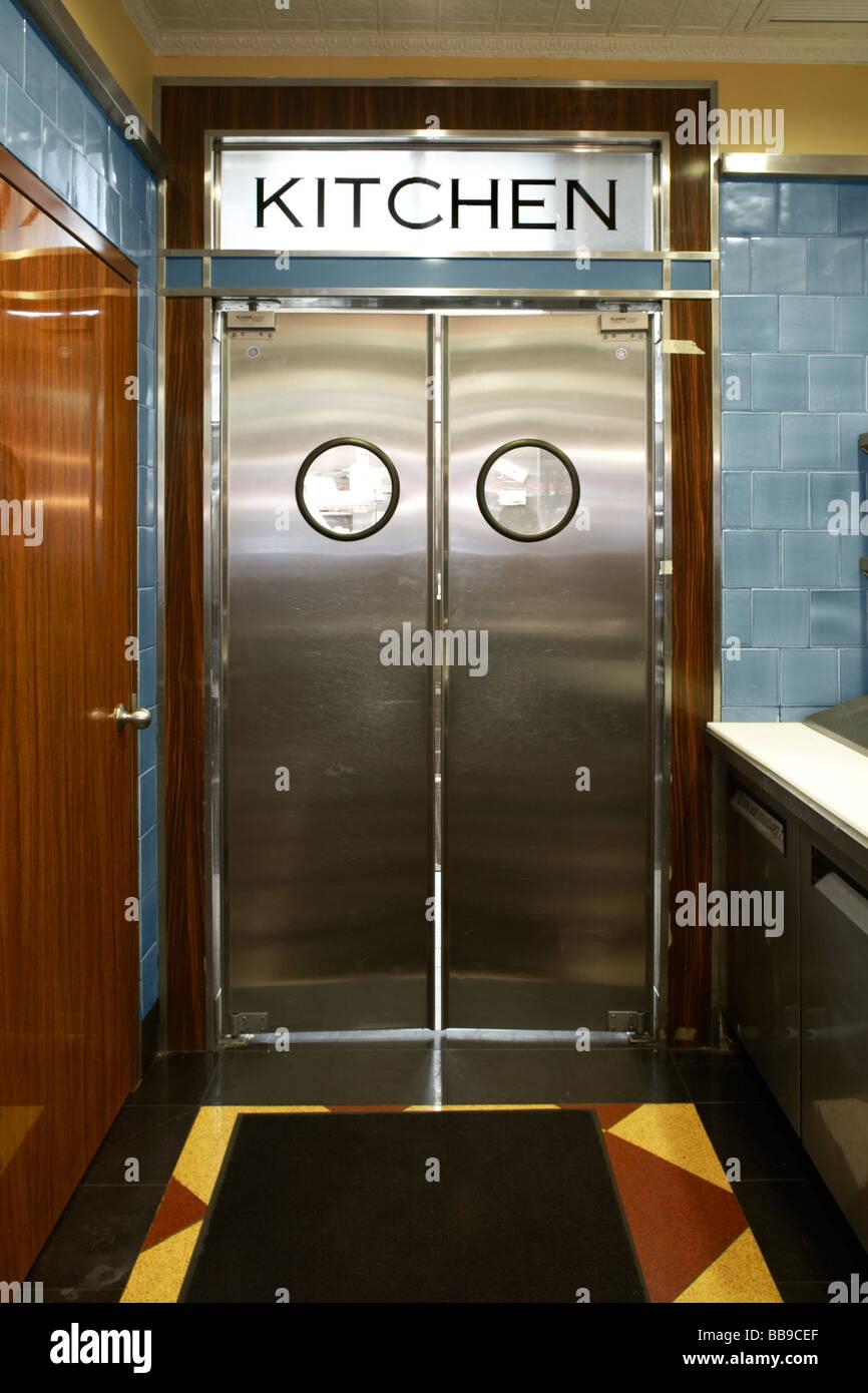 Metall-Schwingtür am Eingang der Küche Stockfotografie - Alamy