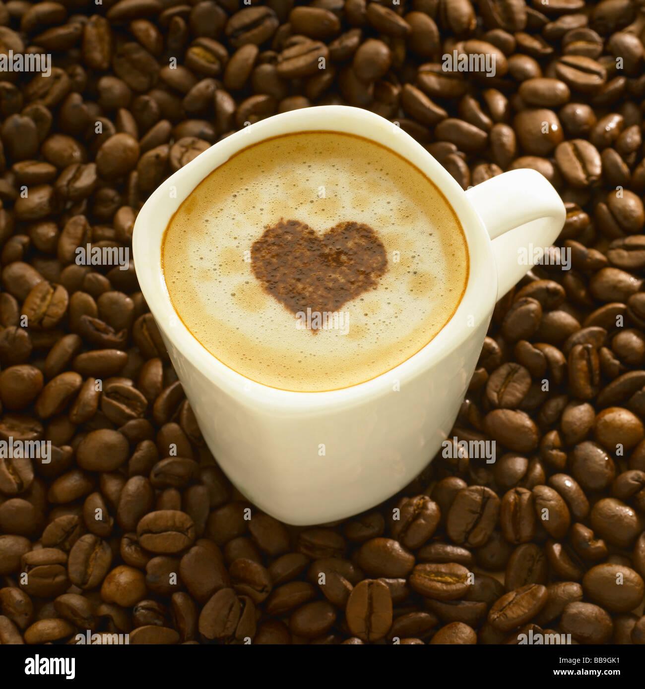 Eine Tasse Kaffee Cappuccino Stil mit einer Herzform auf der ...