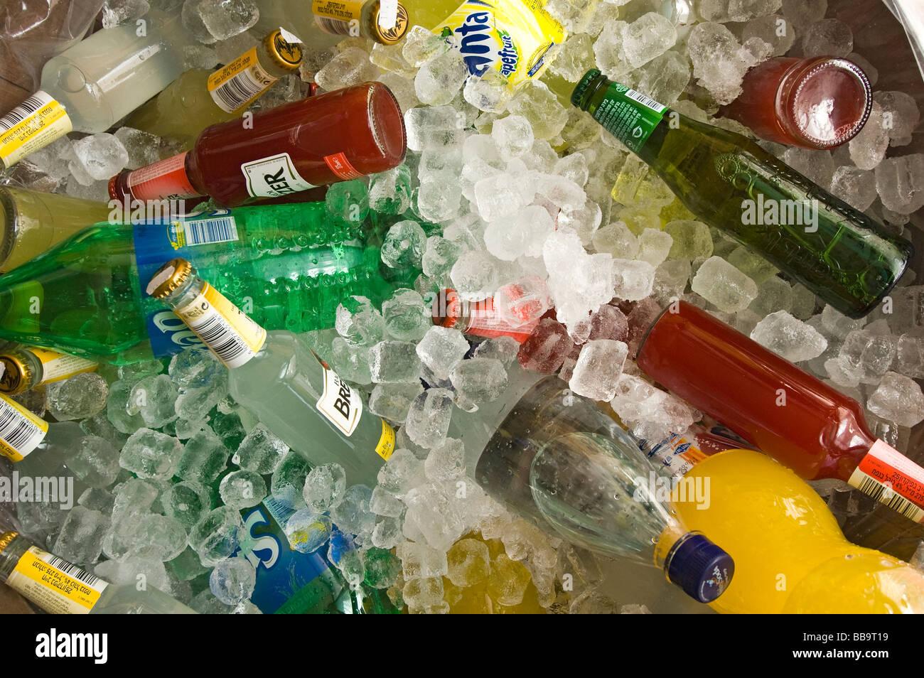 Party Getränke Kühlung in einem Fass aus Eis Stockfoto, Bild ...