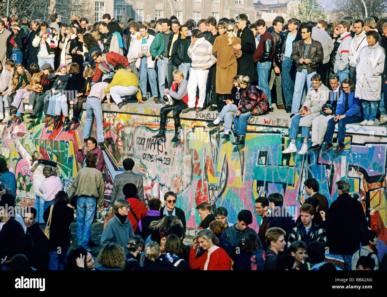 Menschen auf der Mauer am Brandenburger Tor, dem Tag nach dem Fall der Berliner Mauer, Berlin, Deutschland, Europa Stockbild