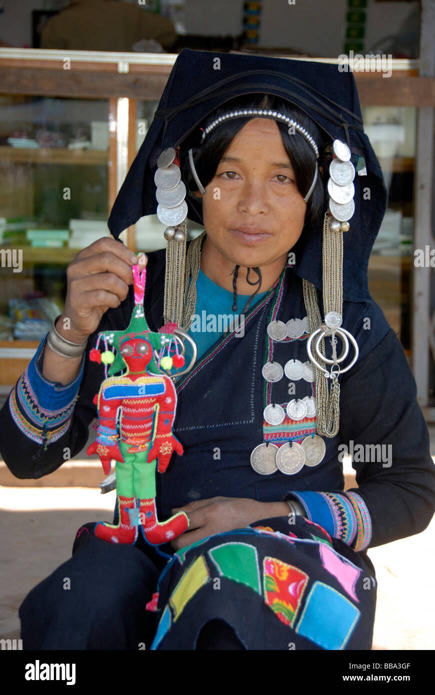 Entwicklungshilfe Schneiderin aus Biladjo Akha die Gruppe der Frauen, Frauen von der Akha Ethnie, in Tracht, hochhalten Stockbild
