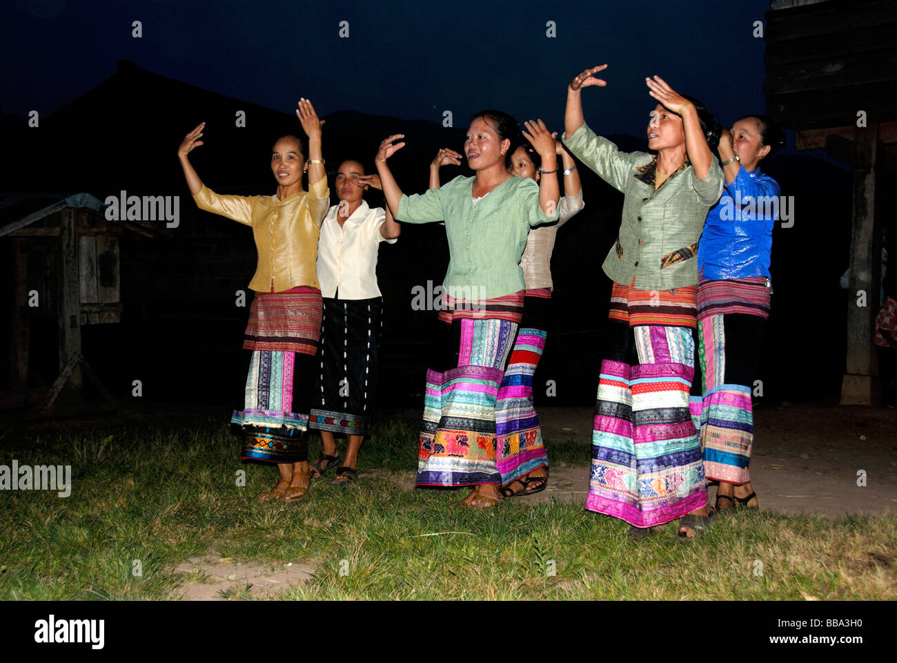 Volkstanz, Frauen in Tracht, bunte Röcke, Tai Lue Ethnizität, Ou Tai, Gnot Ou, Phongsali Provinz, Laos, Stockbild
