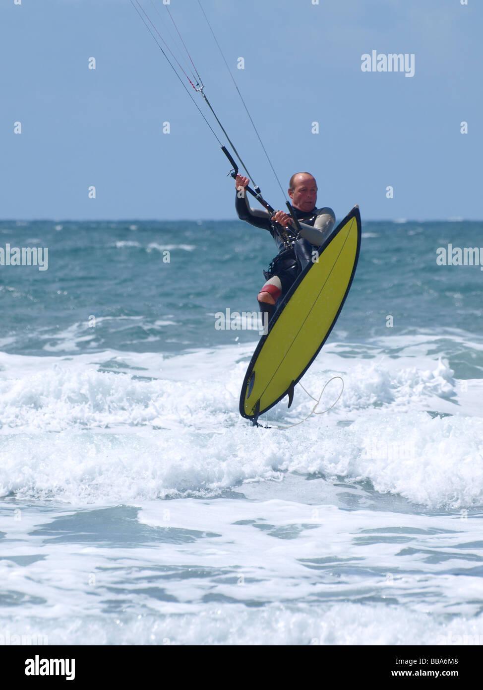 40er Jahre Mann Kitesurfen Stockbild