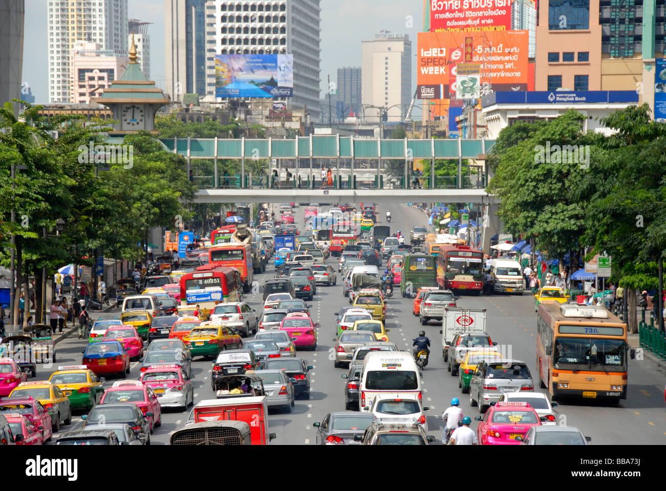 Großstadt, Stau, Autos und Mopeds vor bunten Skyline, Ratchadamri Road, Bangkok, Thailand, Südostasien Stockbild