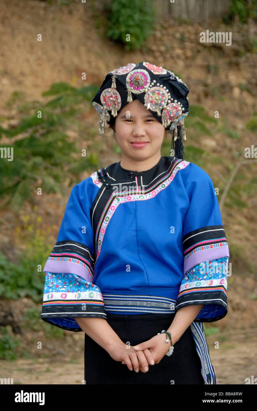 Porträt einer jungen Frau von der Hor-Lolo Ethnie, in traditioneller Tracht, Kopfschmuck, Phongsali, Laos, Stockbild