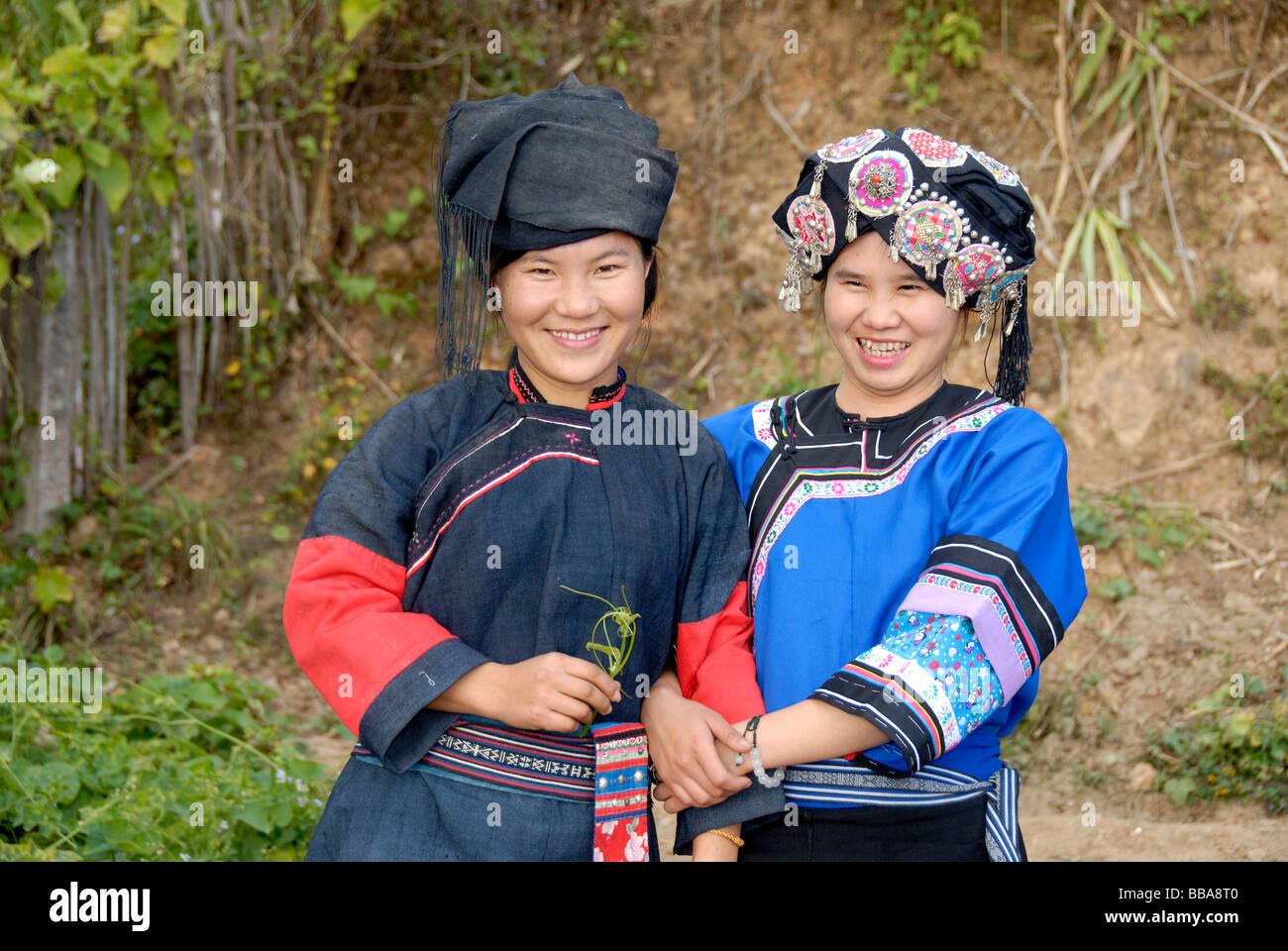 Porträt von zwei jungen Frauen von der Hor-Lolo Ethnie, in traditioneller Tracht, Kopfschmuck, Phongsali, Laos, Stockbild