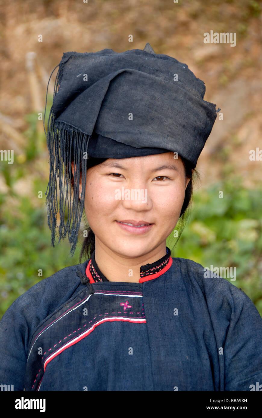 Porträt einer jungen Frau von der Lolo-Hor-Ethnie, lächelnd, in Tracht, Phongsali, Laos, Südostasien Stockbild