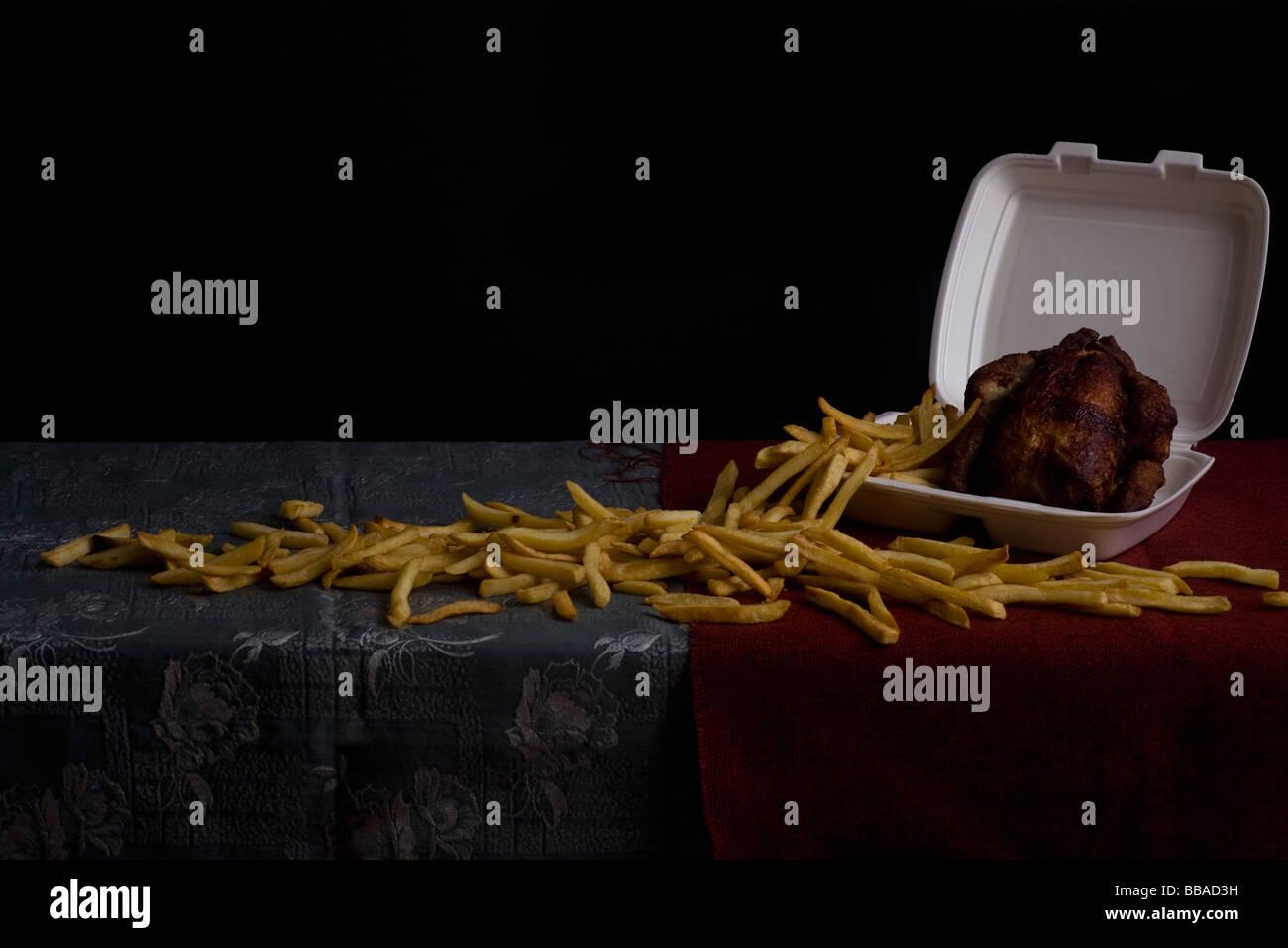 Pommes Frites und gebratenes Huhn, Stillleben Stockbild