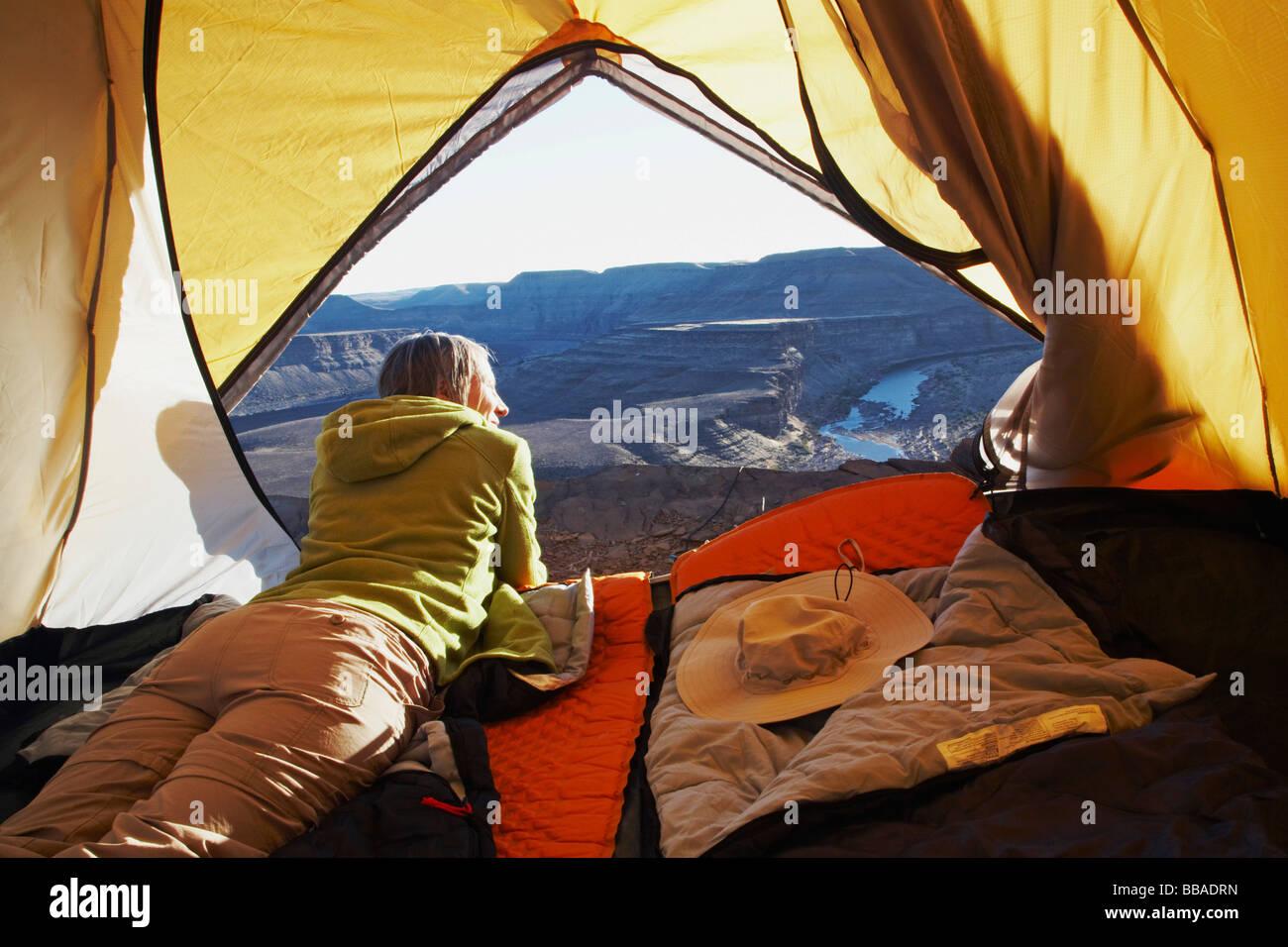 Eine Frau liegt in einem Zelt, Horse Shoe Bend, Fish River Canyon, Namibia Stockfoto