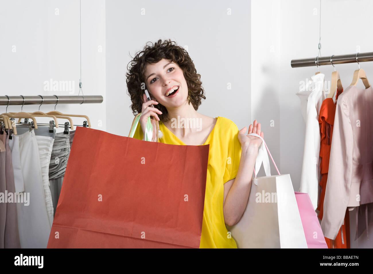 Eine Frau auf ihrem Mobiltelefon sprechen und shopping Stockfoto