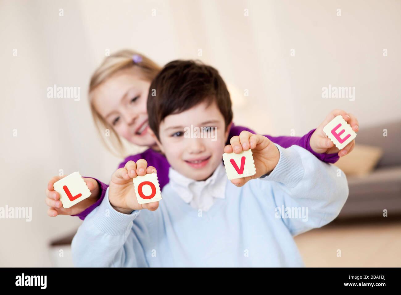 Kinder zeigen Liebe-Zeichen Stockbild