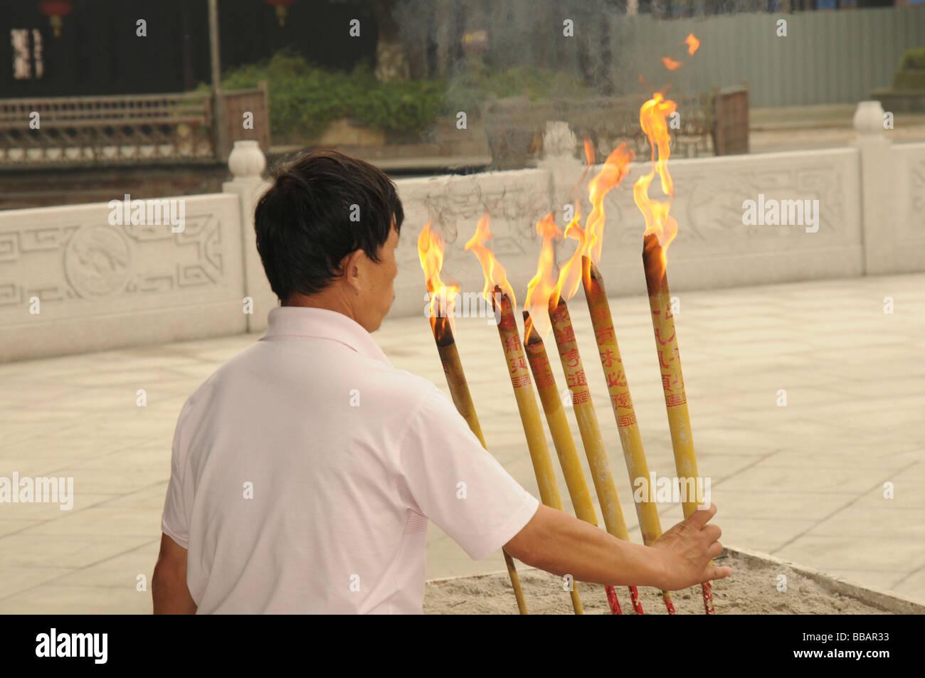 China Zhejiang Provinz Wuzhen Brennende Essenz in einem Tempel Stockbild