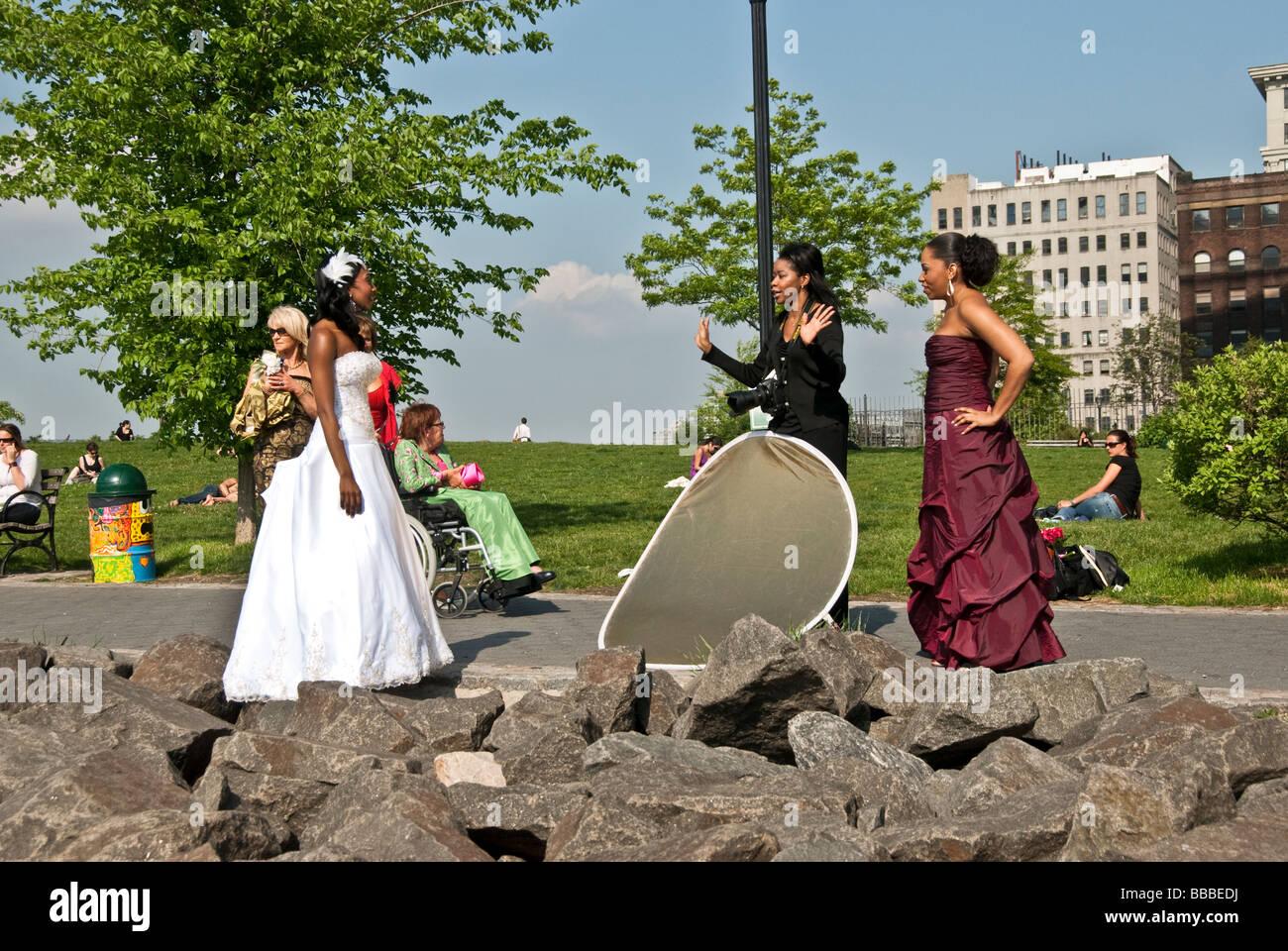 eine schöne dunkelhäutige Braut in einem trägerlosen Brautkleid wartet in Empire-Fulton Ferry State Stockbild
